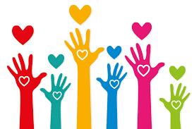 Des mains colorées levées avec un cœur blanc à l'intérieur pour un bénévole